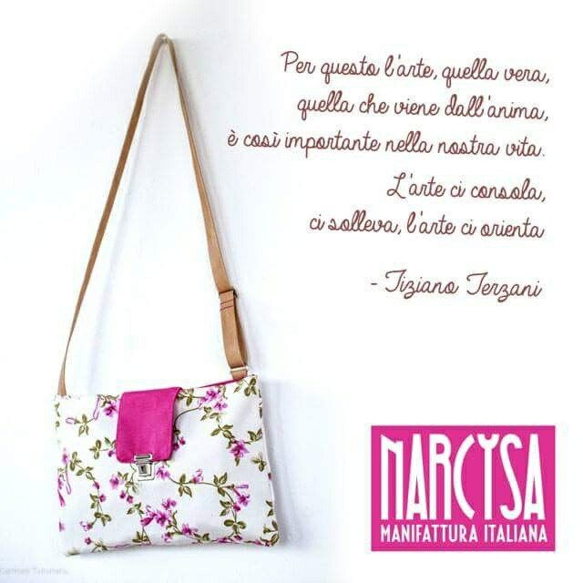Everyone feel the art and the art is everywhere.  Art change our poit of view and it's able to open our heart.  We would share this concept with our bags that are made to give lightness and elegance.