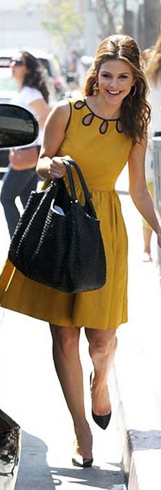 Who made Maria Menounos yellow cut out dress and black woven handbag?