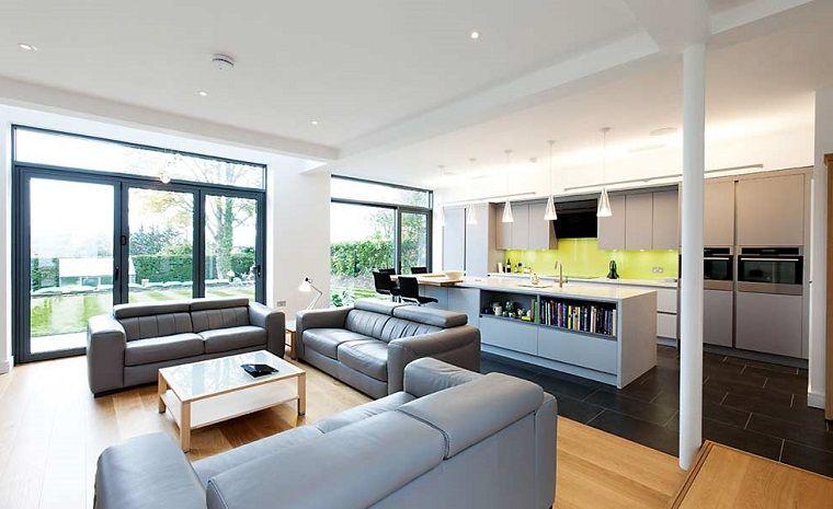 Tre divani in pelle di colore grigio, cucina soggiorno ambiente ...