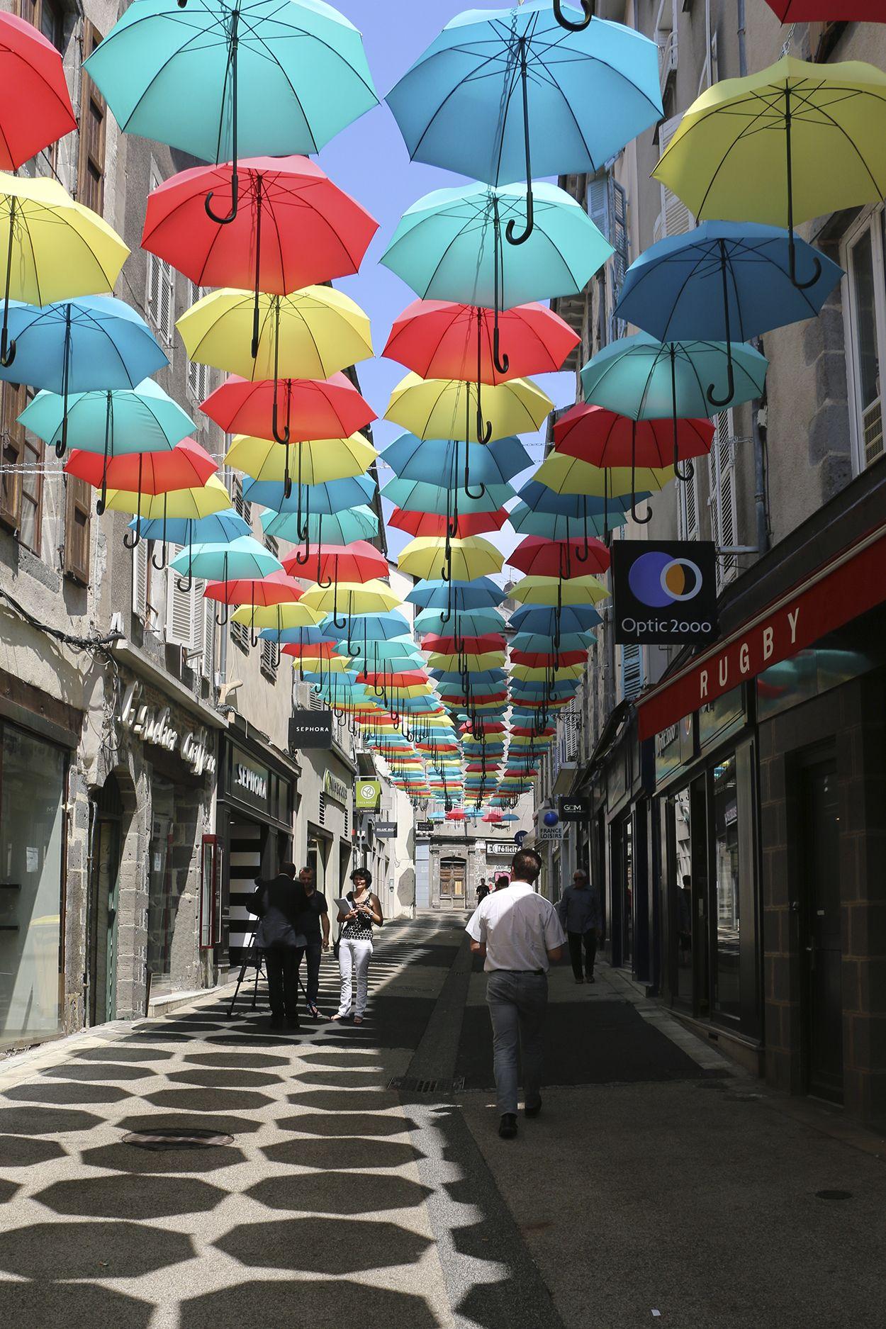 Installation un petit coin de paradis sous les parapluies de la ville d 39 aurillac avec le - Maison partout aurillac ...