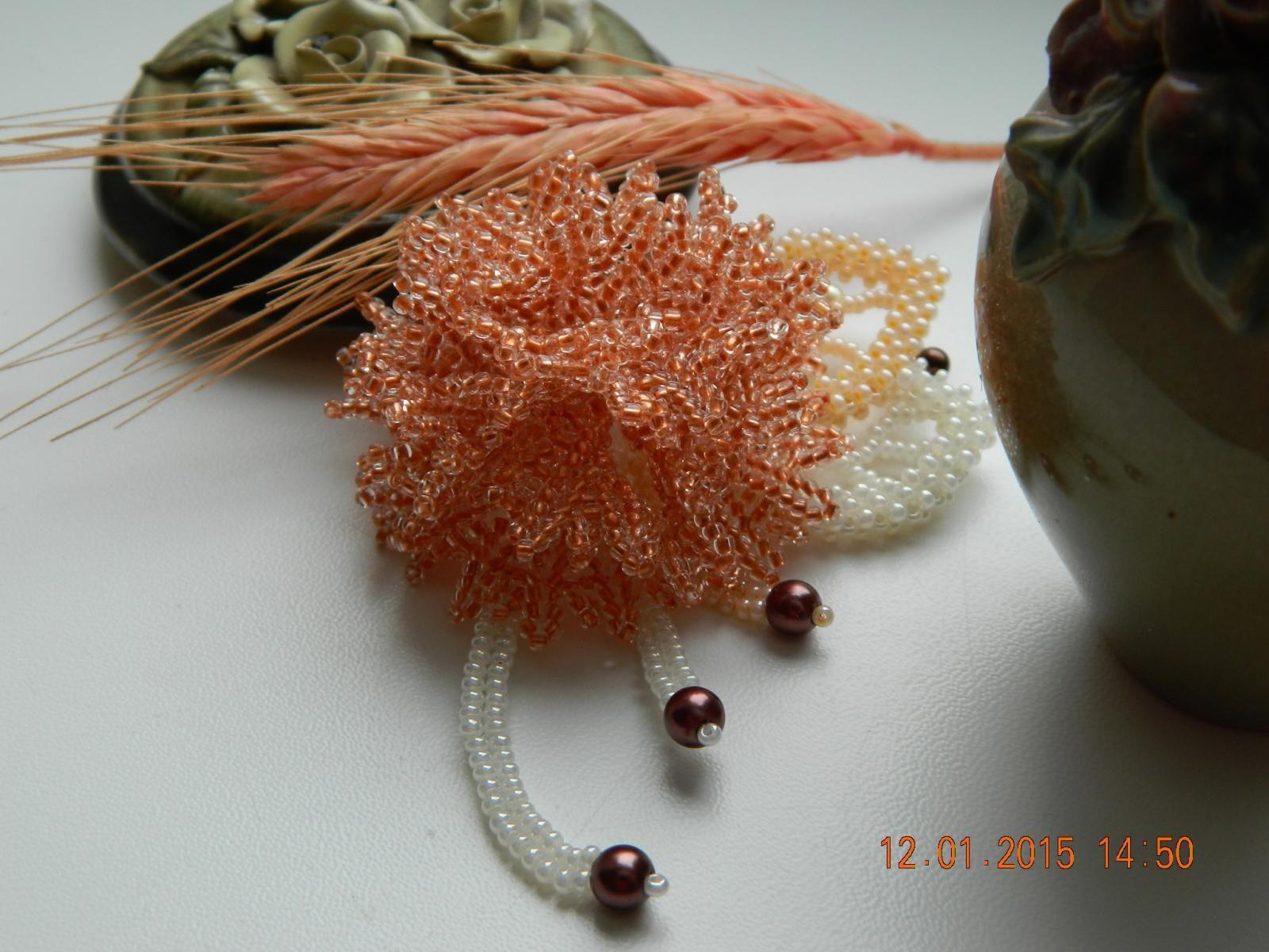Брошь с гвоздичкой | biser.info - всё о бисере и бисерном творчестве