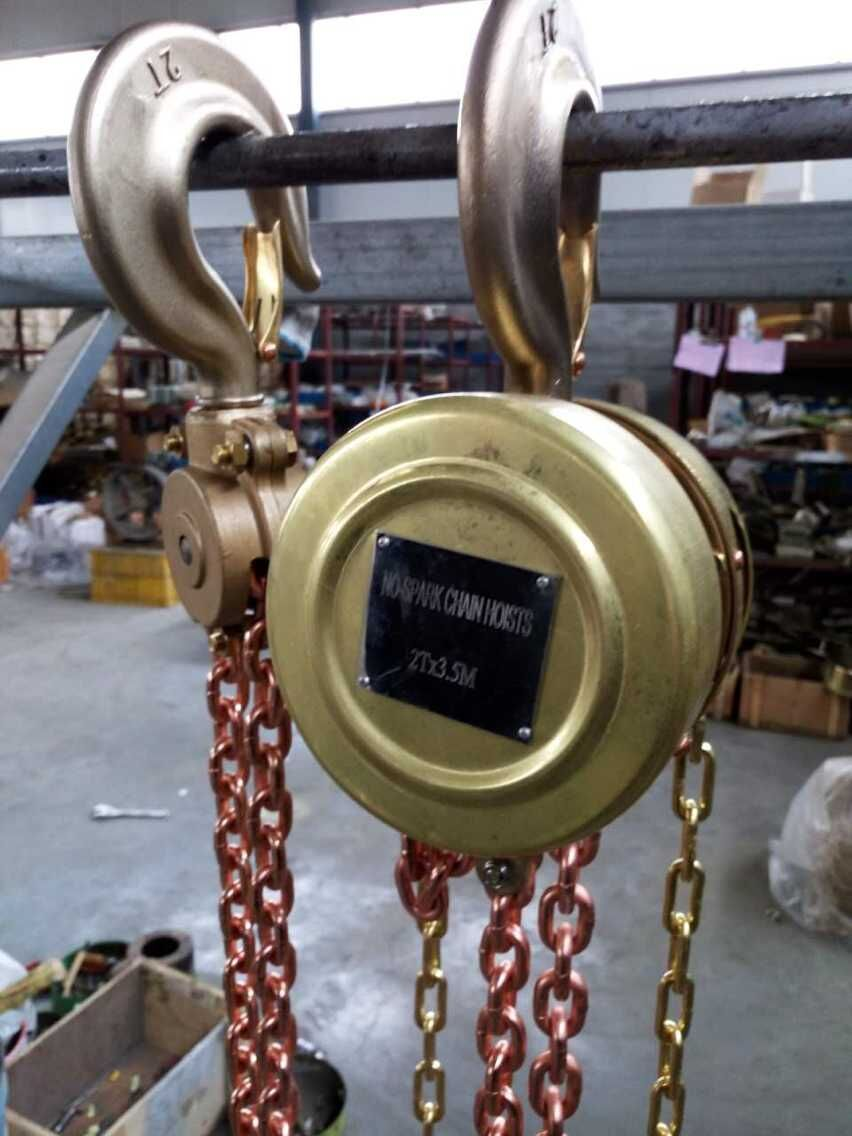 What's more, the operator of HSBQ chain hoists should stand