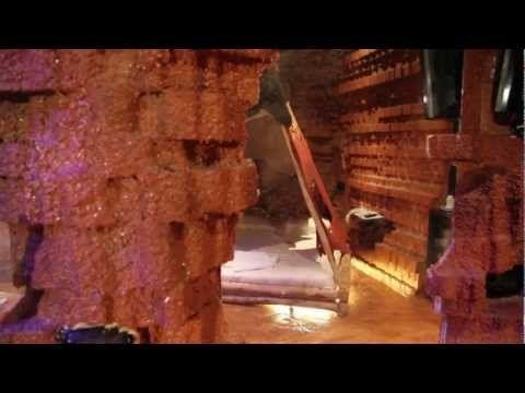 """www.sixlove.it - La stanza riprende il più solenne dei rituali indiani: """"la danza del sole"""". Chi entra è un Sioux, si trasforma in Toro Seduto o Cavallo Pazzo. Il tepee è pronto ad accogliere le membra desiderose di riposo dopo l'estenuante caccia. Una pozza d'acqua rosata ristora dalle fatiche"""