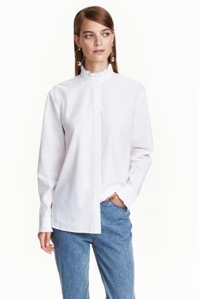 Chemise en coton tissé avec petit col droit. Modèle avec