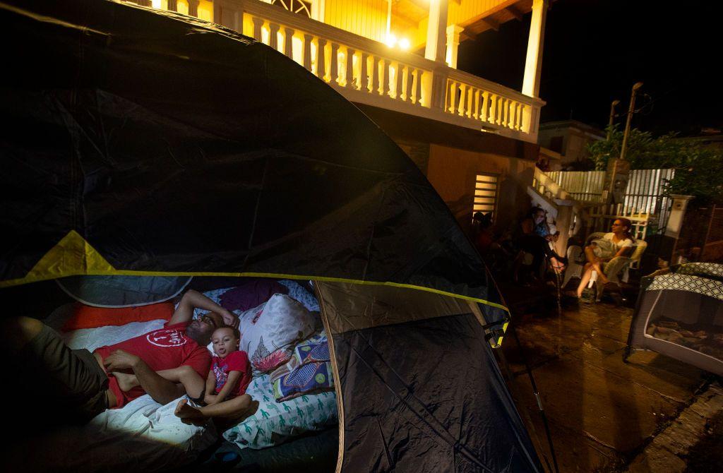 Temerosos De Los Constantes Terremotos Jankanie Martínez Y Su Hijo Jan Omar Descansan En Una Tienda De Cam Puerto Rico Terremotos En El Mundo Campo De Beisbol