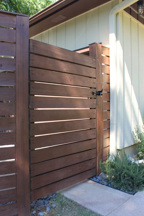 Gate To Driveway Cedar Planks With Warm Toned Stain Modern Fence Design Modern Front Yard Front Yard Fence