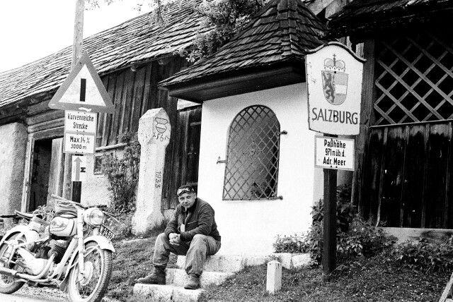 Int. Oesterreichische Alpenfahrt 1953 Der Photograph Arthur Fenzlau mit seiner Puch bei einer Rast Quelle: technischesmuseum.at Sammlung Arthur Fenzlau
