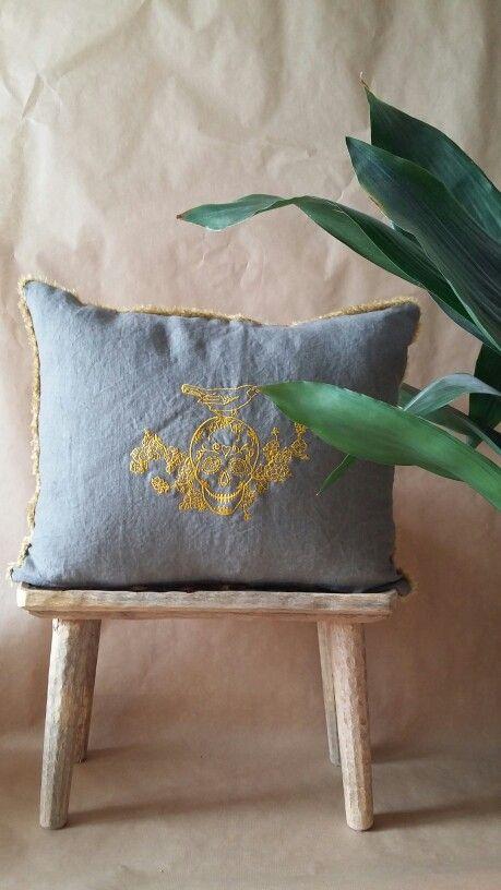 Calavera en azul grisáceo y oro viejo