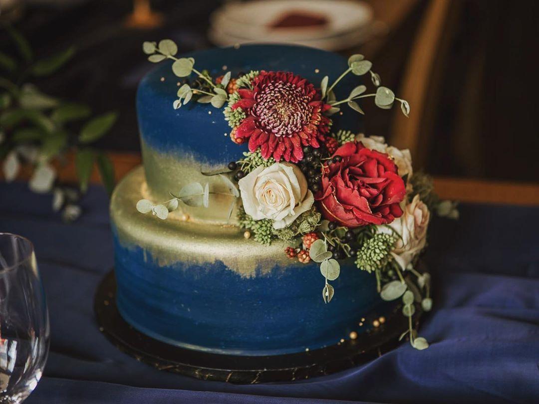 """BorsosPintérSzilvia on Instagram: """"Esküvős 💙 #navyblue #gold #rolkemgold #weddingcake #goldcake #iloveit #kösziMarietta #elsőfelvonás #fondantcake #instacake…"""""""