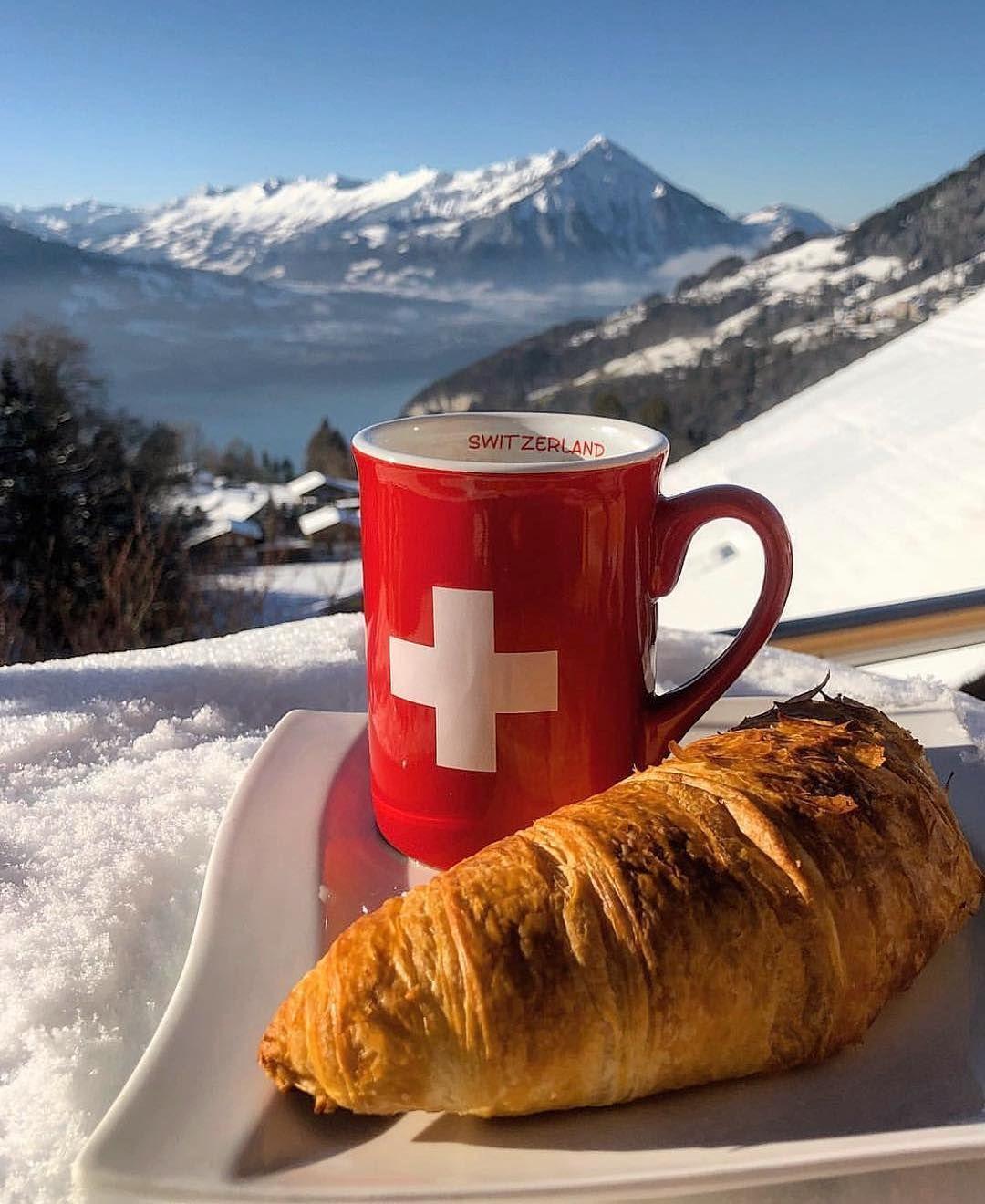Petit Dejeuner Avec Cette Superbe Vue En Suisse Swissmountainview Haveagoodday Goodmorning Switzerland Su Good Morning World Switzerland Easy Breakfast