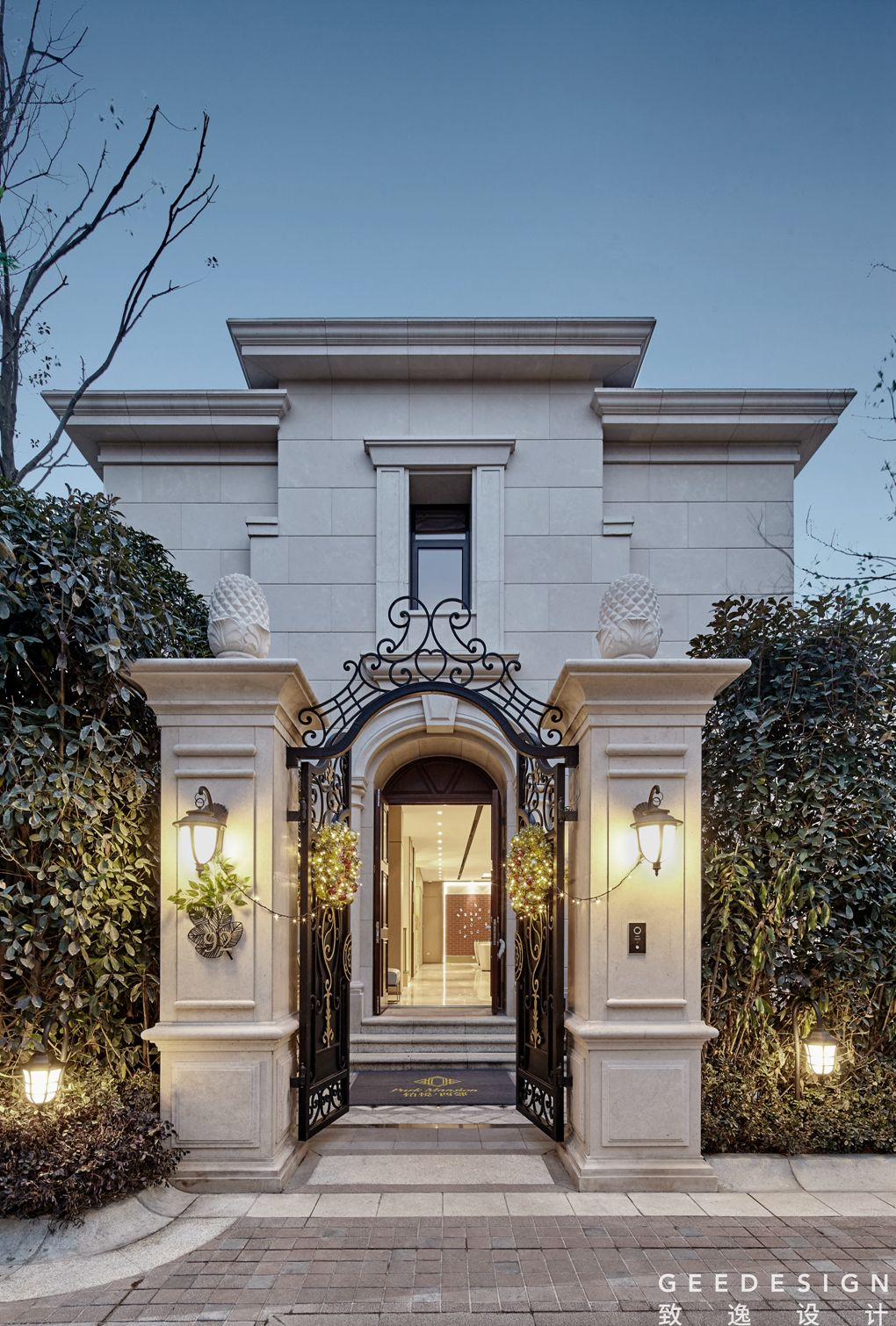 تنفيذ اعمال موزاييك واجهات الفلل في الكويت ت 22624166 مقاول تصميم وتنفيذ اعمال الموزاييك الخارجي Classic House Exterior House Gate Design Classic House Design