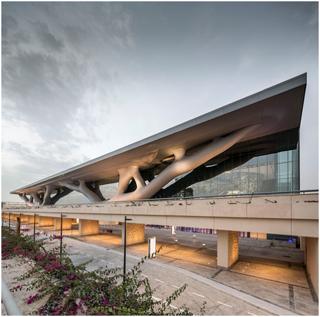 Arquitetura moderna que homenageia a natureza.