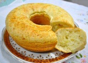 Bolo de pão de queijo Bata no liquidificador 3 ovos inteiros, 3 xícaras (chá) de polvilho doce, 1 xícara (chá) de leite, 1 xícara (chá) de óleo, 1 colher (café) de sal. Acrescente 150 g de queijo ralado e 1 colher rasa (sopa) de fermento em pó. Asse de 20 a 30 minutos em forma untada.