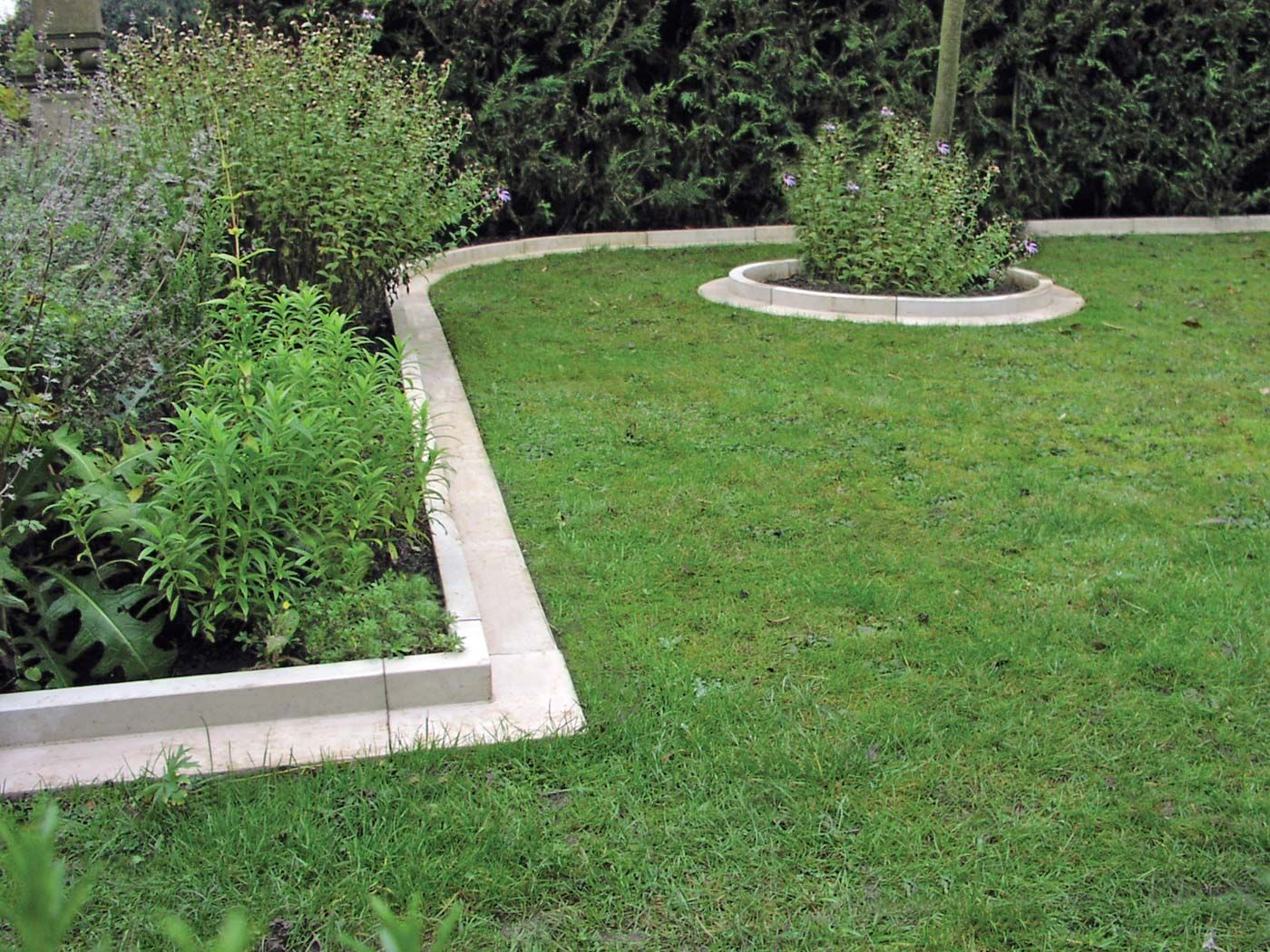 Arcadian Straight Lawn Edging Gn700a Haddonstone Usa Brick Garden Edging Lawn Edging Garden Edging