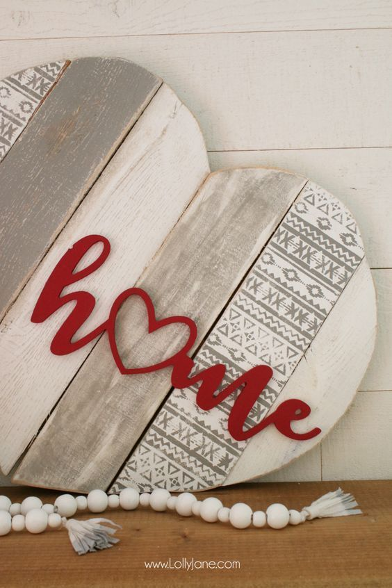 Info's : DIY | Heart pallet art home stencil sign! Such a fun way to upcycle pallets, paint and stencil then add a wood cutout phrase. Cute home decor idea! @decoart #ad