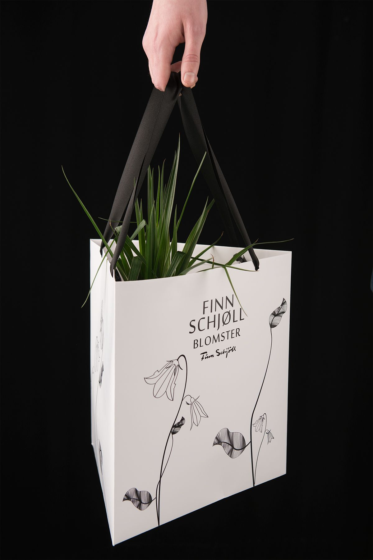 School project for the swedish company Swedbag. Our assignment was to create packaging for flowers. We created a line of four different gift packaging for bouquets and potted plants. We created two diamond shaped bouquet holders, where one of them has a l…