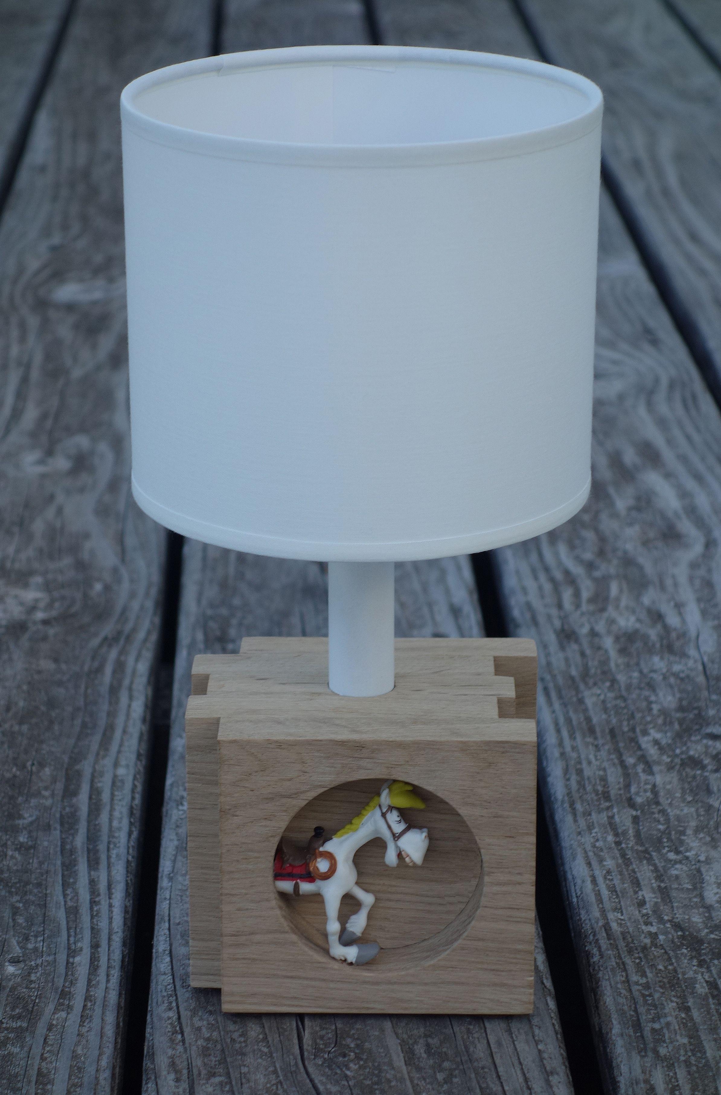 Lampe de chevet avec un pied en chªne agrémenté d une figurine de la