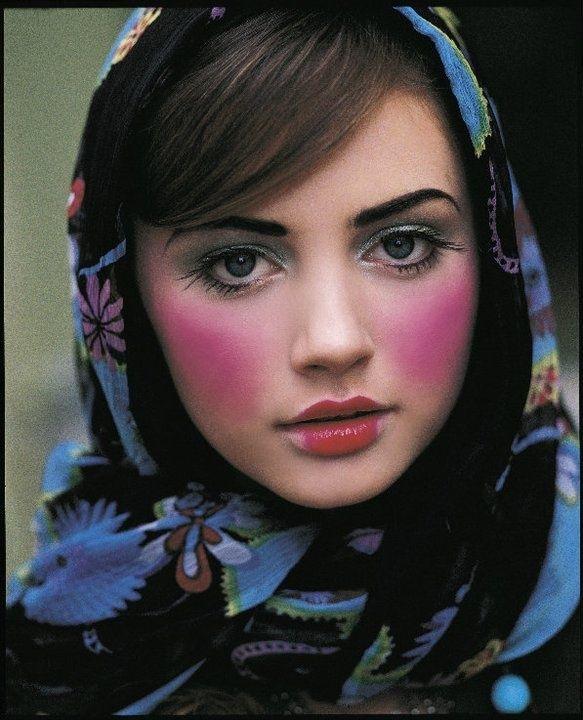Comment porter, nouer foulard russe ? Maquillage de