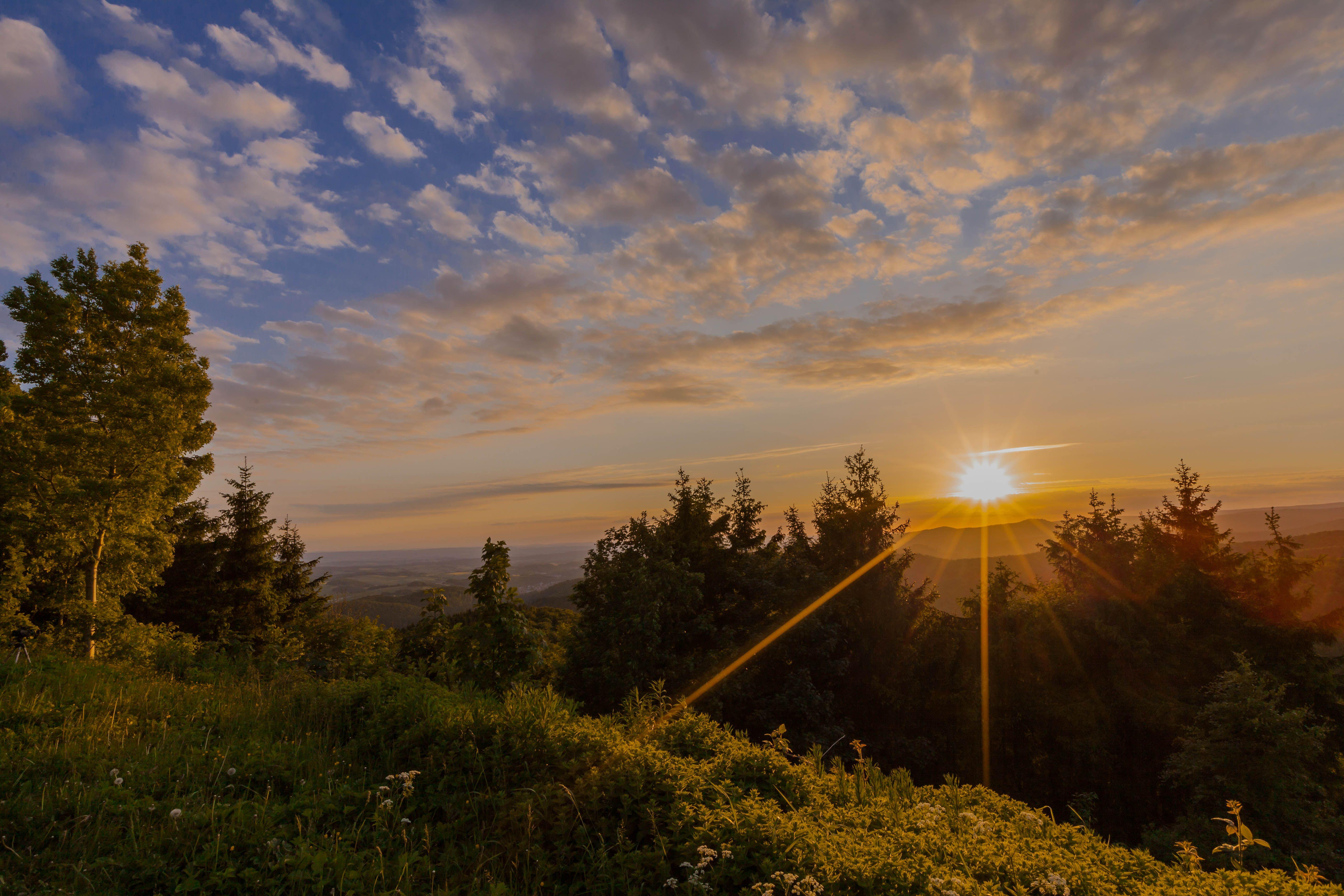Mit einer so tollen Sicht auf den Sonnenuntergang werden Wanderer auf dem Harzer BaudenSteig belohnt by TourismusMarketing Niedersachsen GmbH