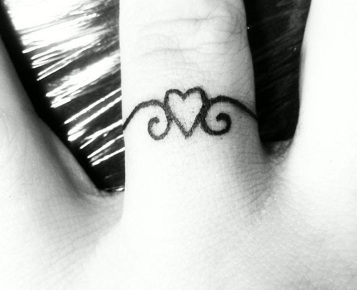 tatouage doigt bague avec coeur tatouage doigt doigts. Black Bedroom Furniture Sets. Home Design Ideas