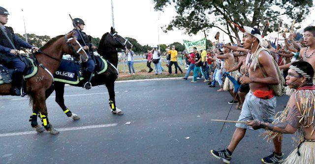 Mondiali Brasile 2014, scontri tra polizia e indios: manganelli contro archi e frecce - Il Fatto Quotidiano