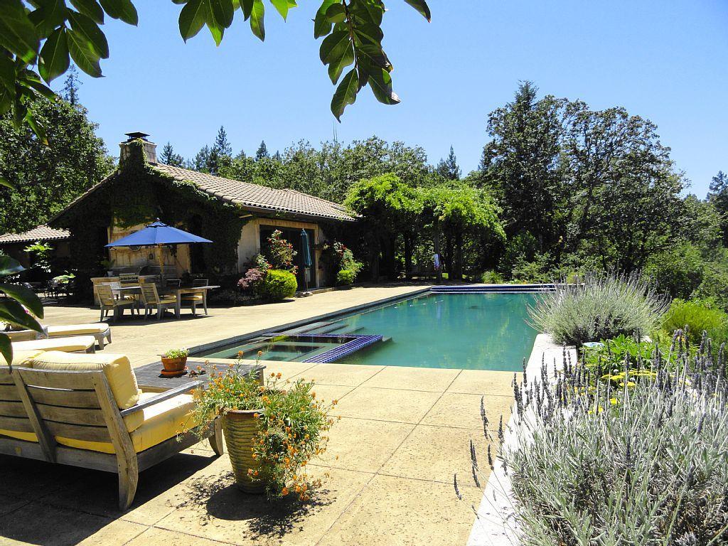 Close to plaza15 acre estateswiming pool and bocce ball