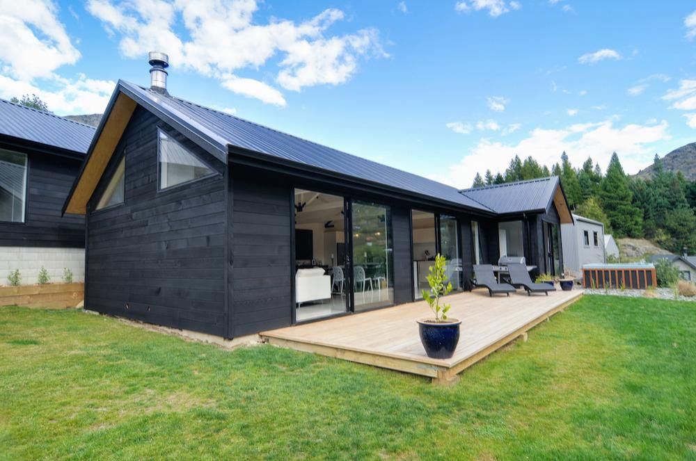 Arthur 39 s point house black cladding nz architecture nz for Modern house cladding