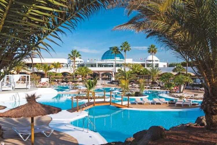<p>Dit volledig vernieuwde resort werd gebouwd in de stijl van een typisch Canarisch dorp. Wit geschilderde muren versierd met vulkanische rotsen, geplaveide straatjes, lantaarnpalen, traditionele tuinbanken in een prachtige subtropische tuin met zwembaden en fonteinen... Zowel gezinnen met kinderen als koppels op zoek naar rust zijn hier van harte welkom. Speciaal voor de koppels is er een 'Adults Only' oase met Premium Suites waar gasten vanaf 16 jaar genieten van een exclusie...