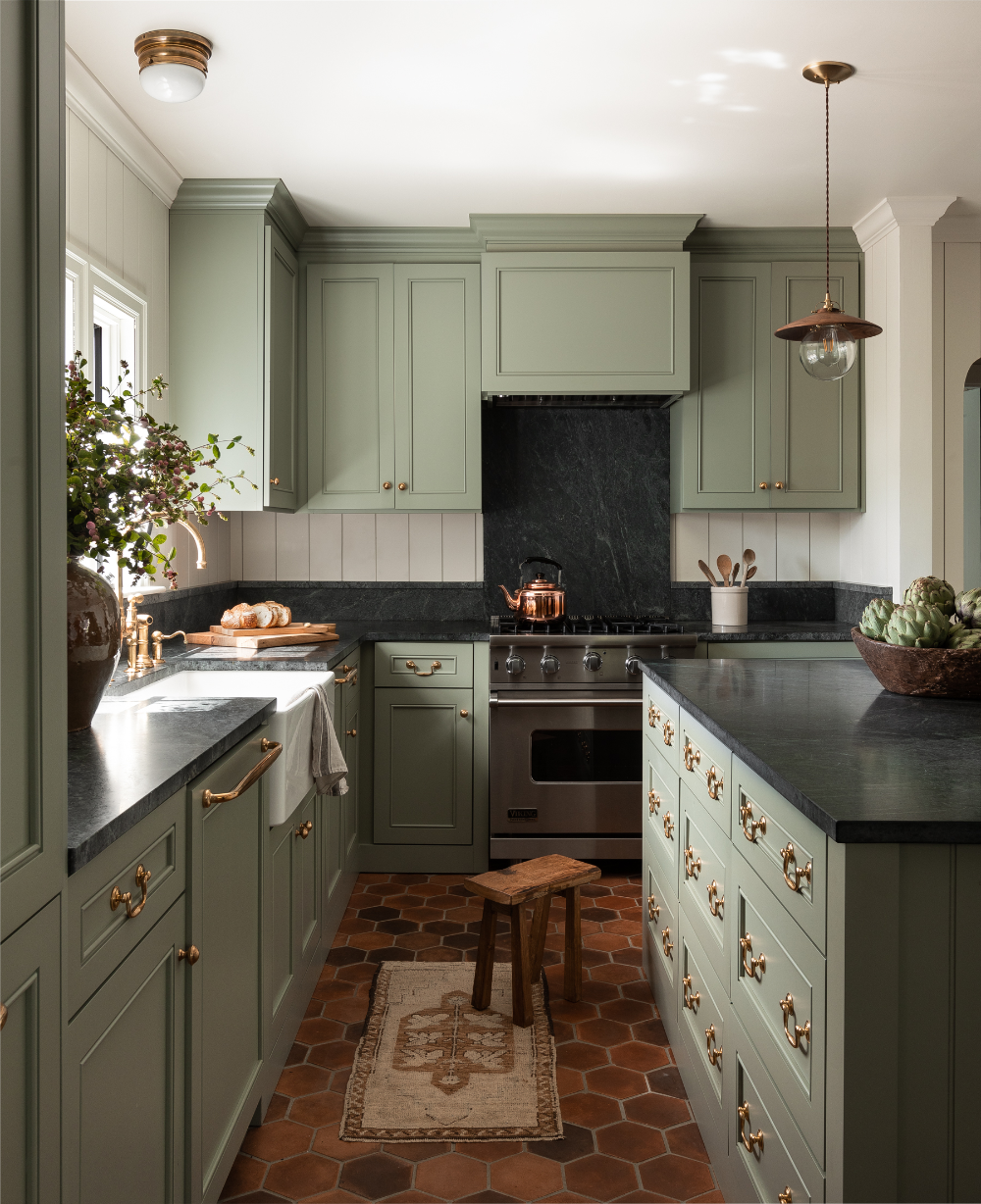 House Tour This Seattle Home With Muted Color And Layered Textiles Has Major English Cottag Green Kitchen Cabinets Traditional Kitchen Island Kitchen Design