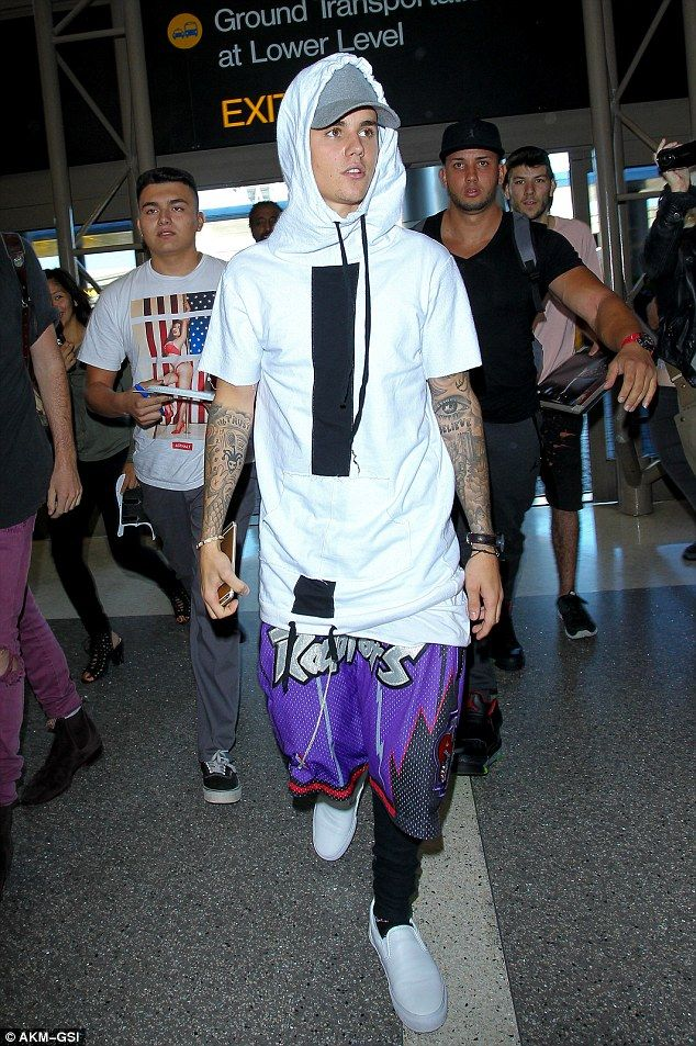 Justin Bieber wears hoodie, baseball cap, shorts and jeans combo ...