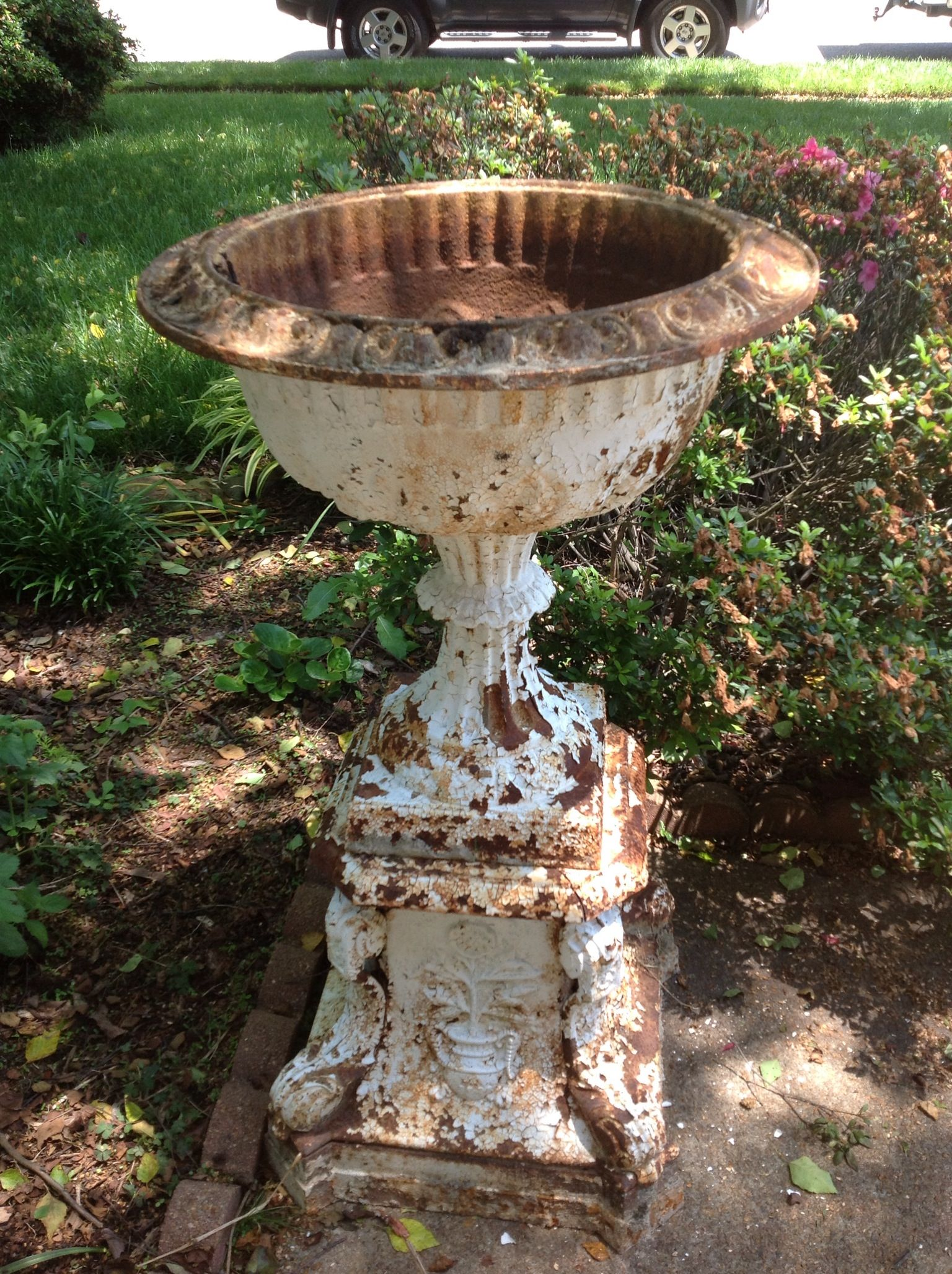 Cast Iron Garden Urn With Images Garden Urns Garden Ornaments Garden Containers