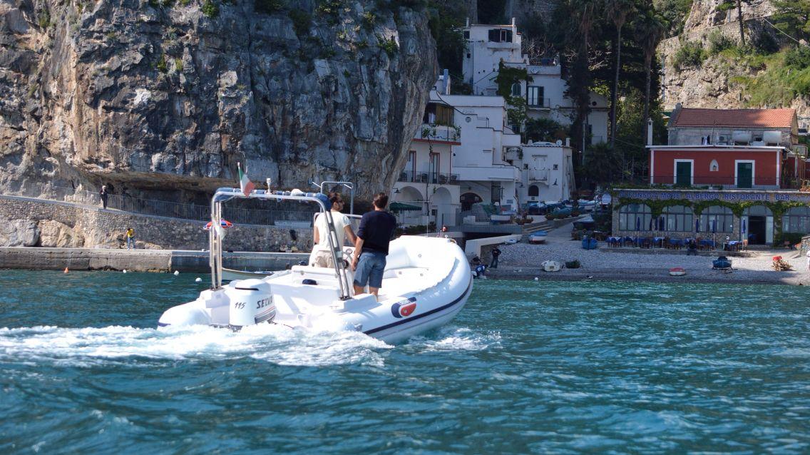 Escursione in barca lungo la costa