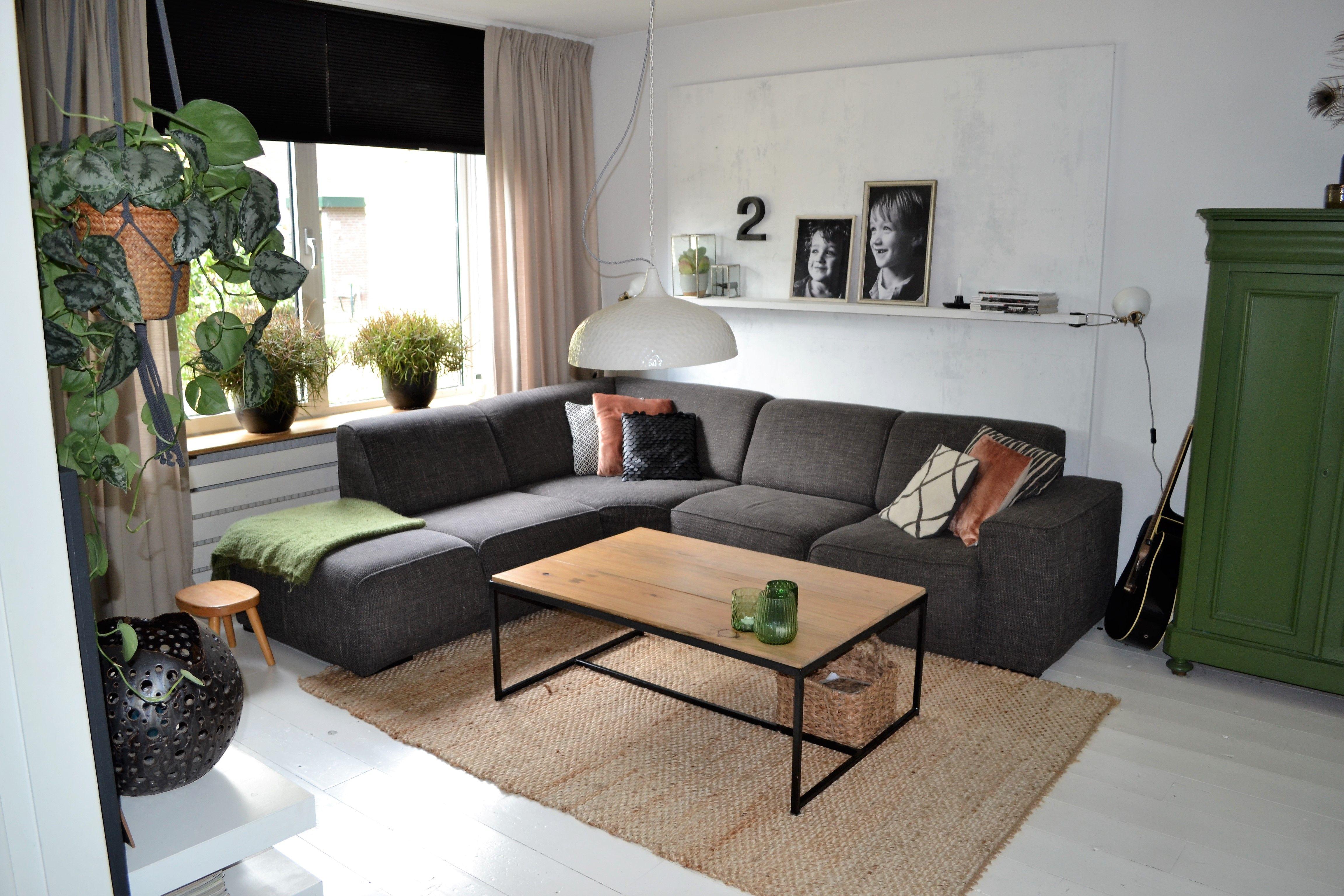 MANON interieur STYLING Woonkamer industrieel met warm groen en ...