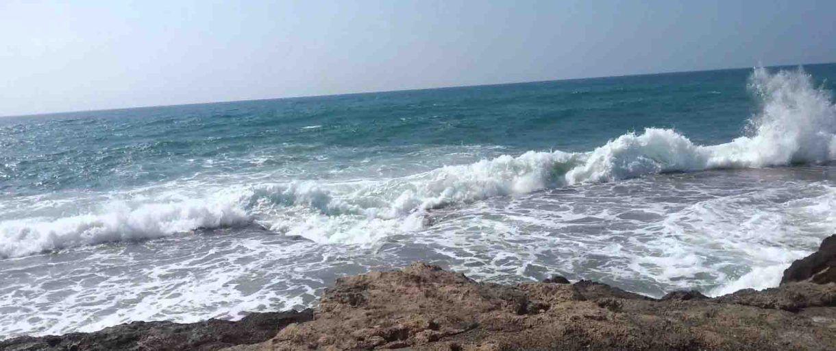 عين تموشنت أمواج البحر تلفظ جثة بشاطئ تارقة Outdoor Beach Water