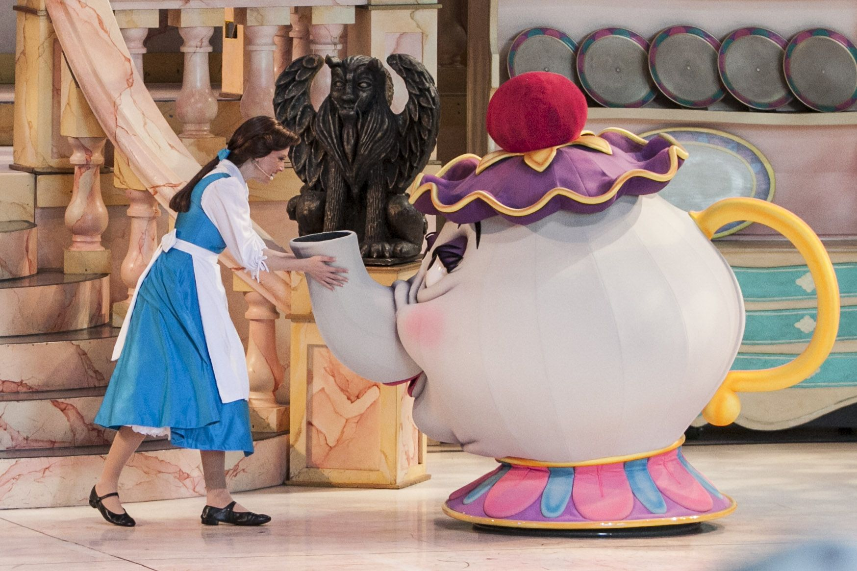 Subtropisch Zwembad Disneyland Belle And Mrs Potts In Beauty And The Beast Live On Stage At