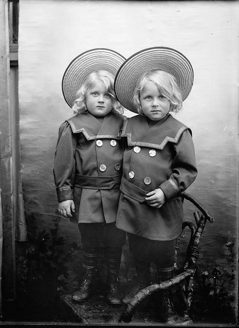 Twins with straw hats, 1909-1910 | Flickr