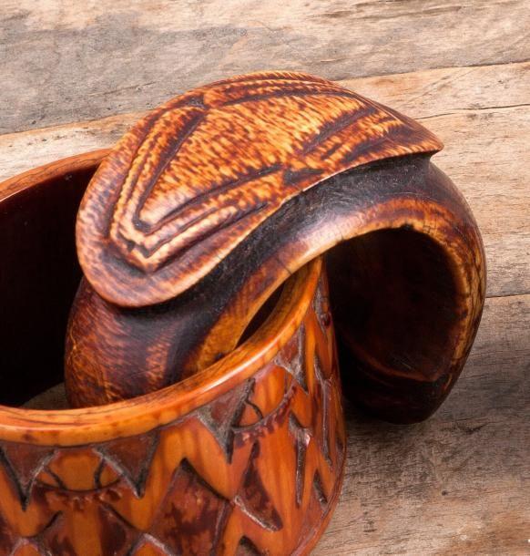 Bracelet Kwosa Bafoussam, Cameroun Ivoire à patine brun foncé à miel D. 9,5 cm Rare bracelet ouvert, un motif stylisé évoquant un batracien sculpté en cabochon.