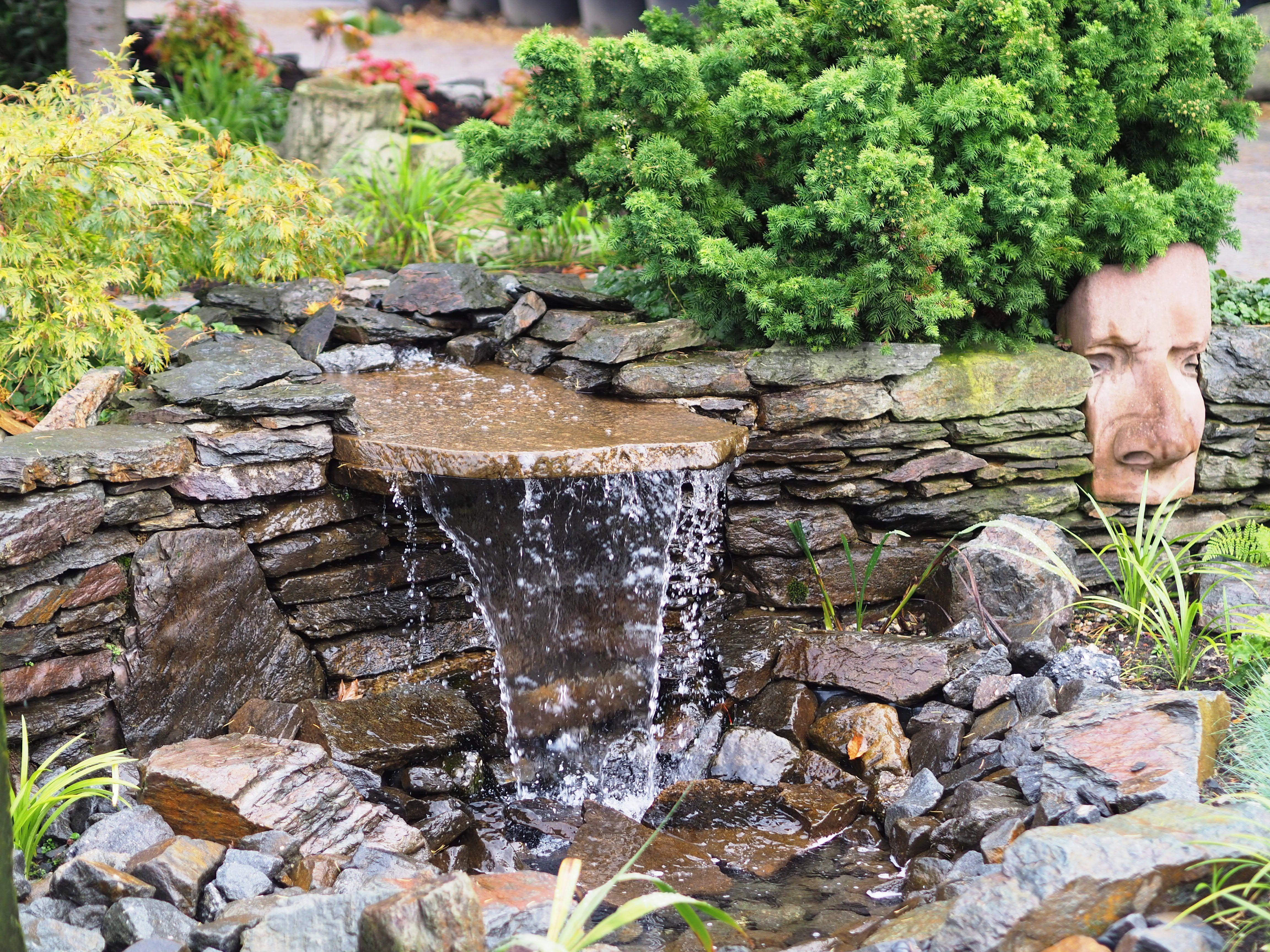 Wasser Im Garten Wasserlippen Ideen Wasser Im Garten Garten Steinbrunnen