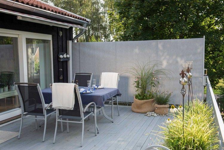 windschutz-terrasse-offen-seitenmarkise-grauer-sichtschutz-pflanzen ...