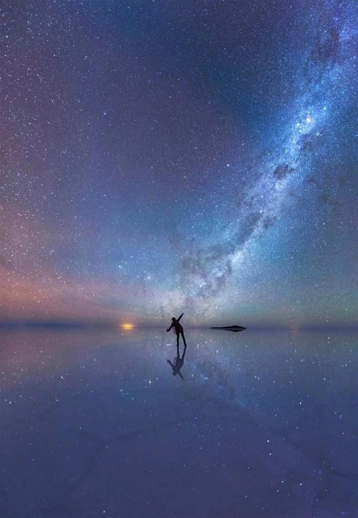 O Céu Noturno Refletido, por Xiahu Zahou, China. Um observador entusiasmado sob as estrelas que refletem no deserto de sal de Salar de Uyuni, na Bolívia.
