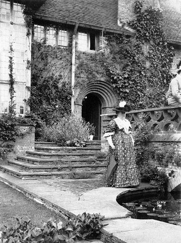 Garden designer gertrude jekyll in the deanery garden sonning berkshire house designed by for Gertrude jekyll gardens to visit