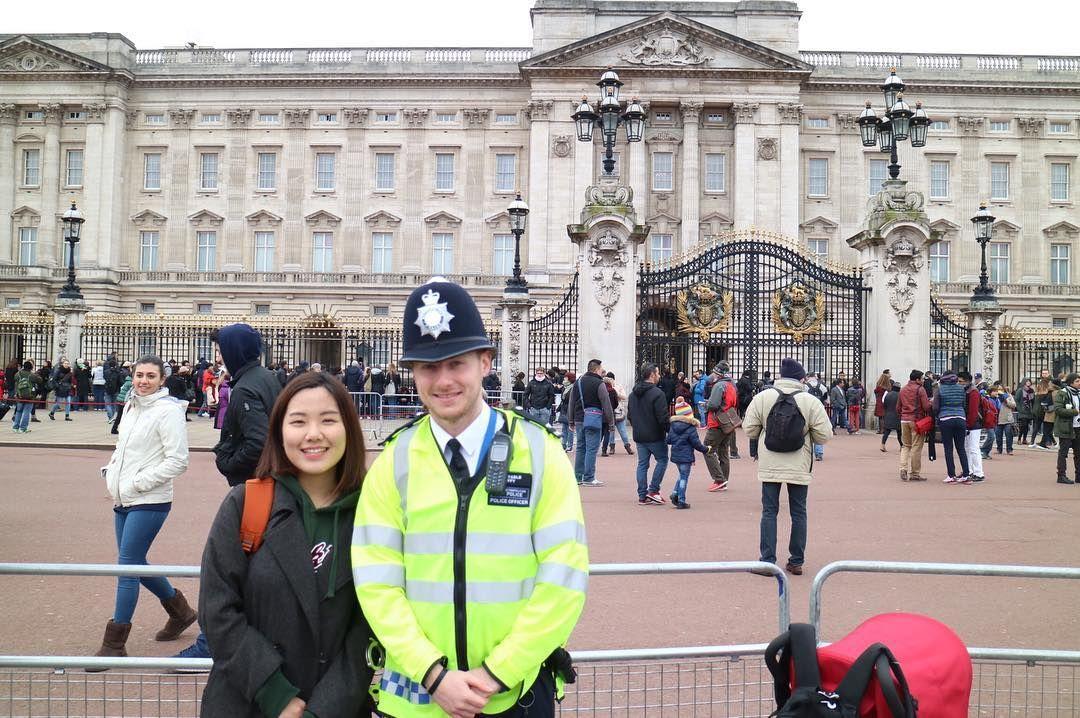 수줍은 경찰아저씨 #유럽#europe#Europe#유럽여행#여행#여행사진#해외여행#여행중#다이나믹굥#travel#travelling#travelstagram#여행스타그램#영국#england#UK#런던#london#버킹엄궁전#buckingham#buckinghampalace#YUN_UK by lovelyun0407