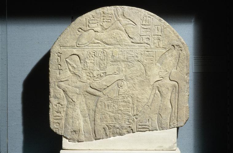 Stèle de Ramsès II aux dieux Astarté et Seth. XIXe dynastie. Source : Réunion des Musées Nationaux-Grand Palais.