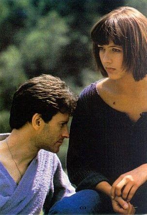 소피 마스소 주연의 격정(L'Amour Braque, 1985) - 소피 마르소에 대한 추억이 있다면 다시 보고 싶은 영화 디즈니랜드로 가장한 갱스타 미티 형제들은 부다페스트에서 홀드업을 한탕 치르고 빠리행 기차에 오른다. 기차에서 연극배우인 사촌을 찾아가던 레옹과 만나 그들은 친구가 된다. 미키는 파리에 도착 후 브냉 형제집을 찾아가 애인 마리를 빼앗고 ..