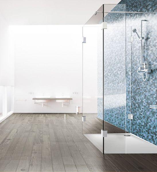 duschtrennwand aus glas in drei teilen vor blauen mosaikfliesen bad pinterest. Black Bedroom Furniture Sets. Home Design Ideas