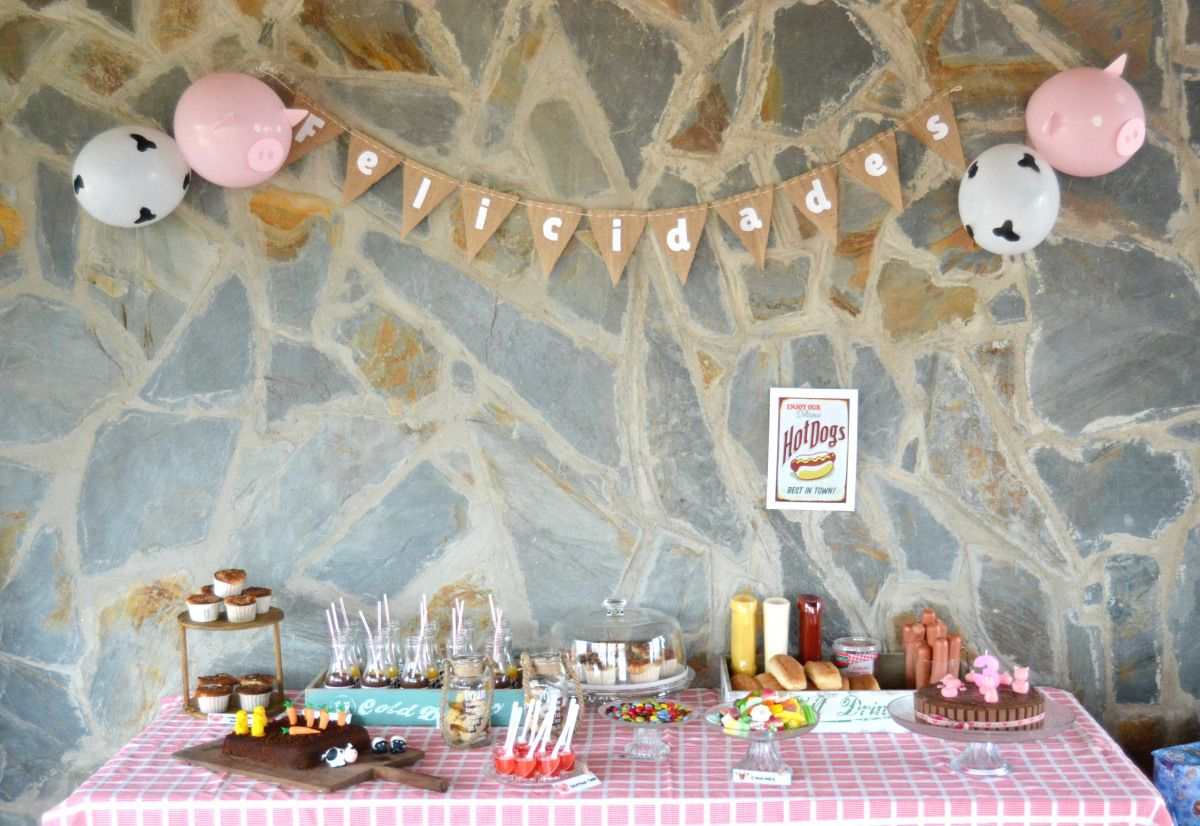 Mesa dulce para una fiesta de cumpleaños infantil ambientada en la granja.  Farm party candy bar for a birthday celebration.  En http://sugarymas.com/2015/10/15/el-tercer-cumple-de-la-peque-farm-party-candy-bar/