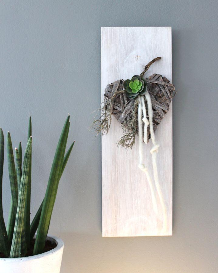 WD64 – Zeitlose Wanddeko! Wanddeko aus neuem Holz, weiß gebeizt und natürlich dekoriert mit einem geflochtenem Holzherz, Filzbänder und einer künstlichen Sukkulente! Preis 19.90€ #weinkistendekoweihnachten