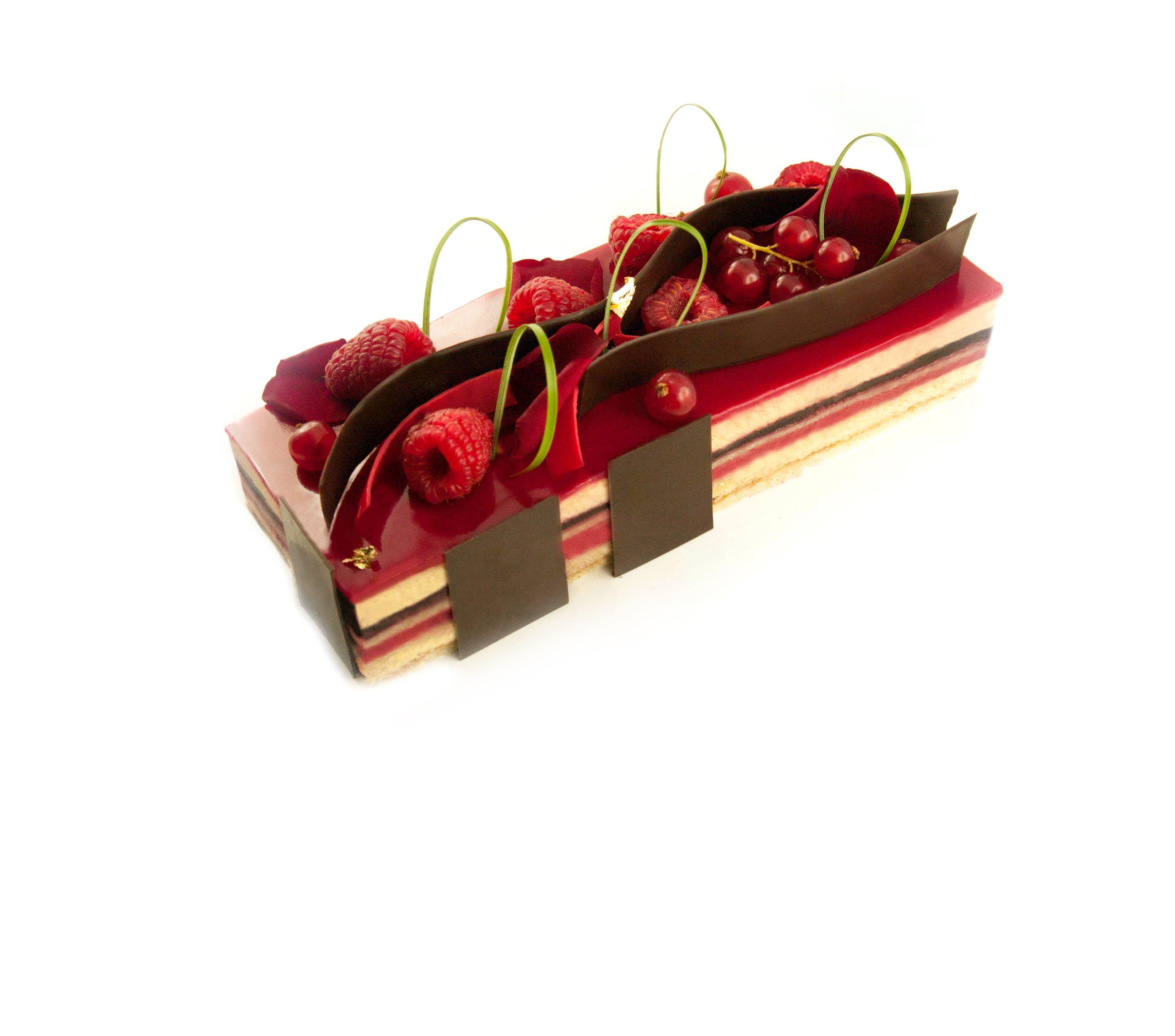 Opéra fruits rouge : Biscuit joconde vanille / Sirop framboise / Confit framboise / Crème au beurre vanille / Glaçage rouge