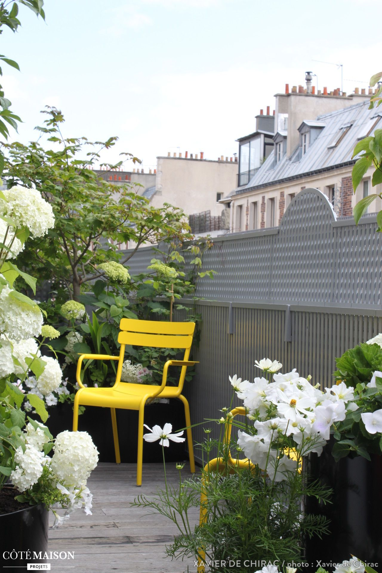 petite terrasse en ville avec sol en bois arbustes. Black Bedroom Furniture Sets. Home Design Ideas