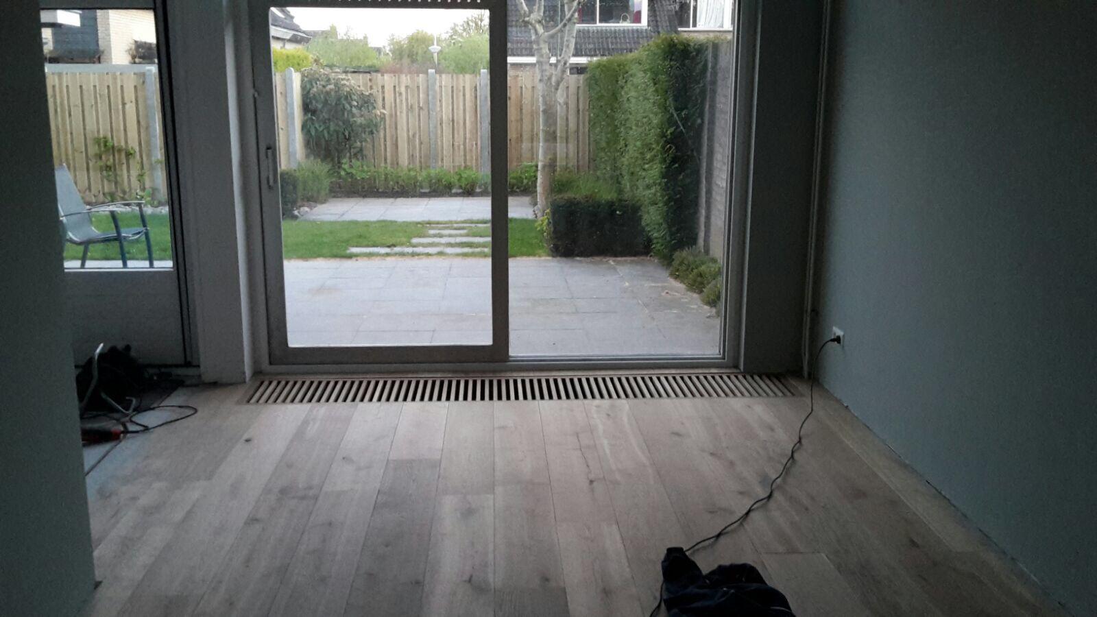 Blokrooster voor convectorput gerookt eiken vloer strak gelegd